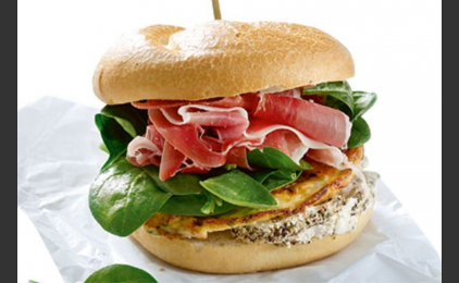 Σάντουιτς με ομελέτα, κατσικίσιο τυρί και προσούτο