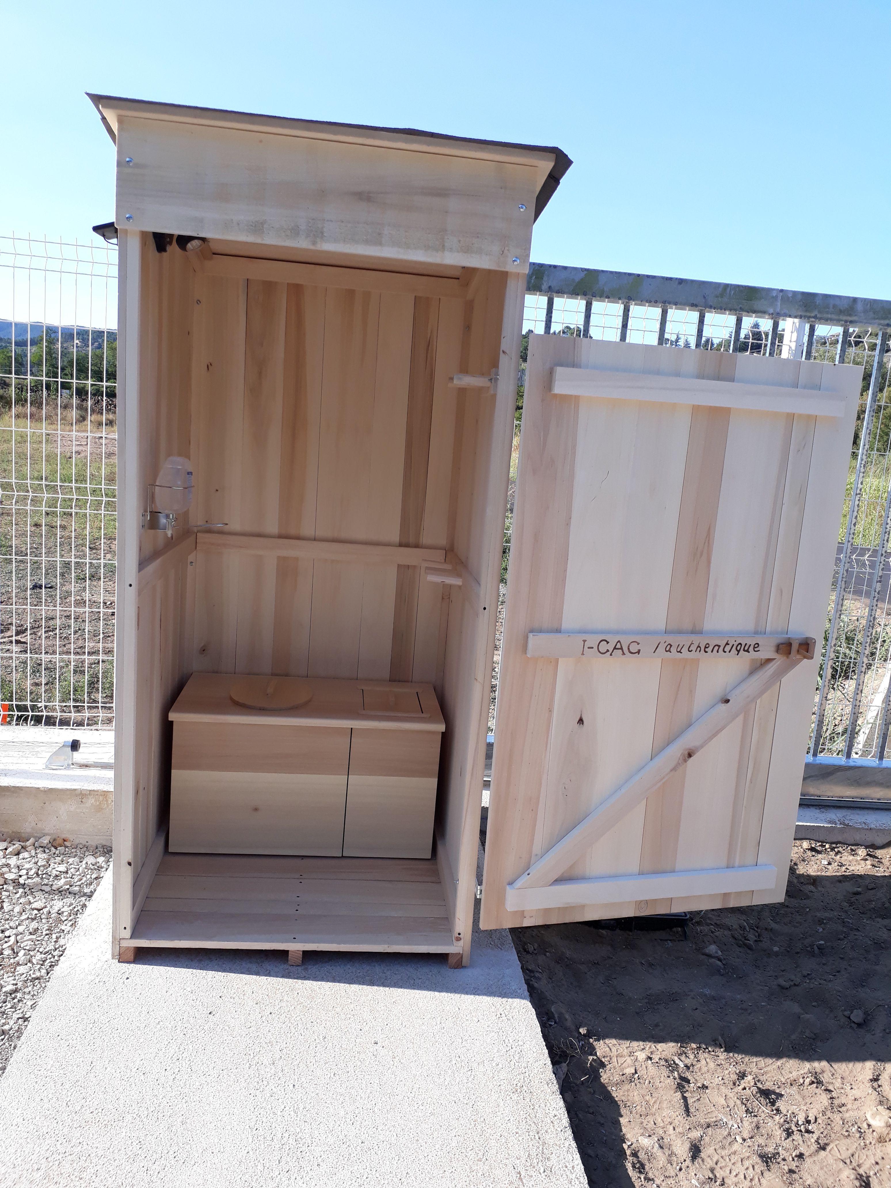 Toilette sèche exterieur sur chantier. En bois, sain ...