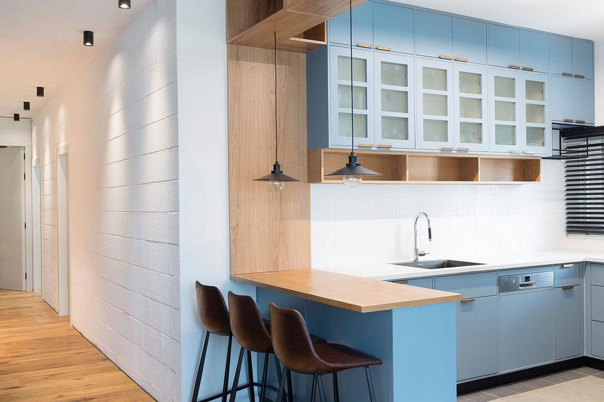Nichos e armários customizados aproveitam o espaço neste apê | Cocinas
