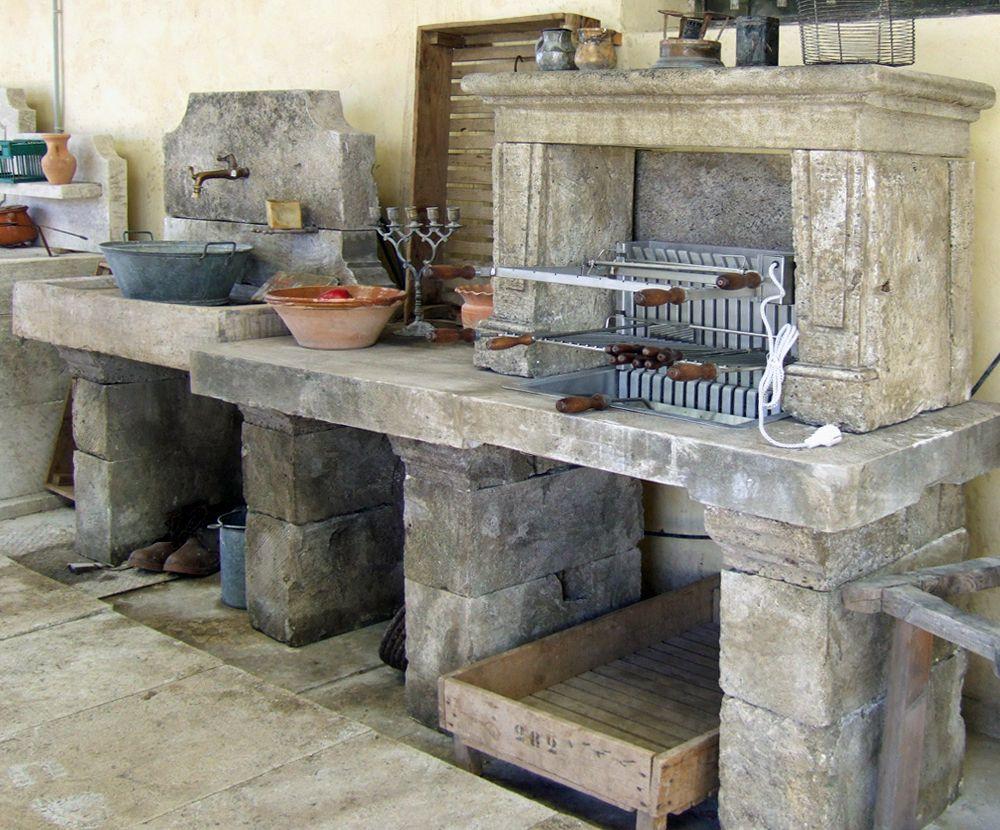 Longue cuisine d'extérieur en pierre au charme rustique d
