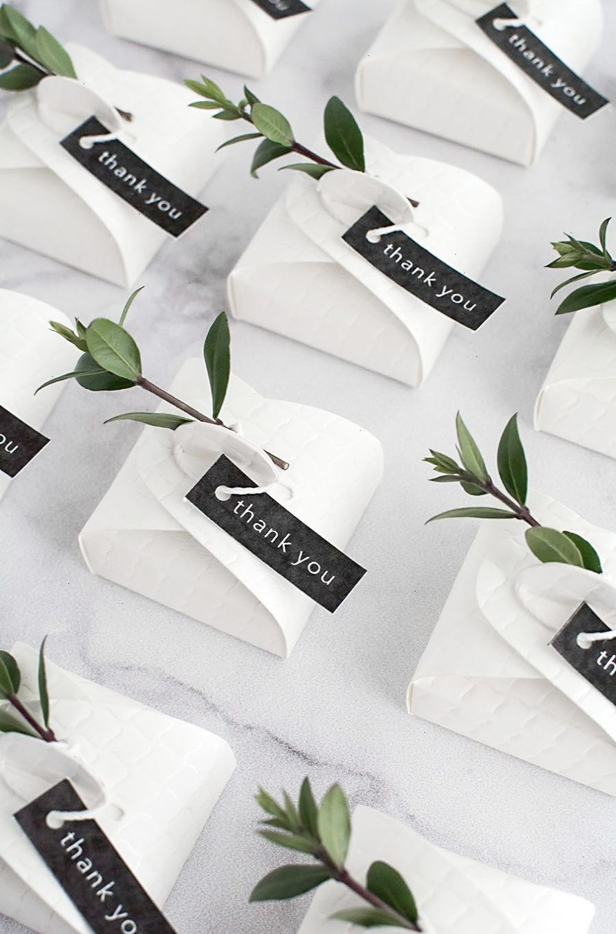 In love with these simple and modern DIY wedding favors. | Favours ...