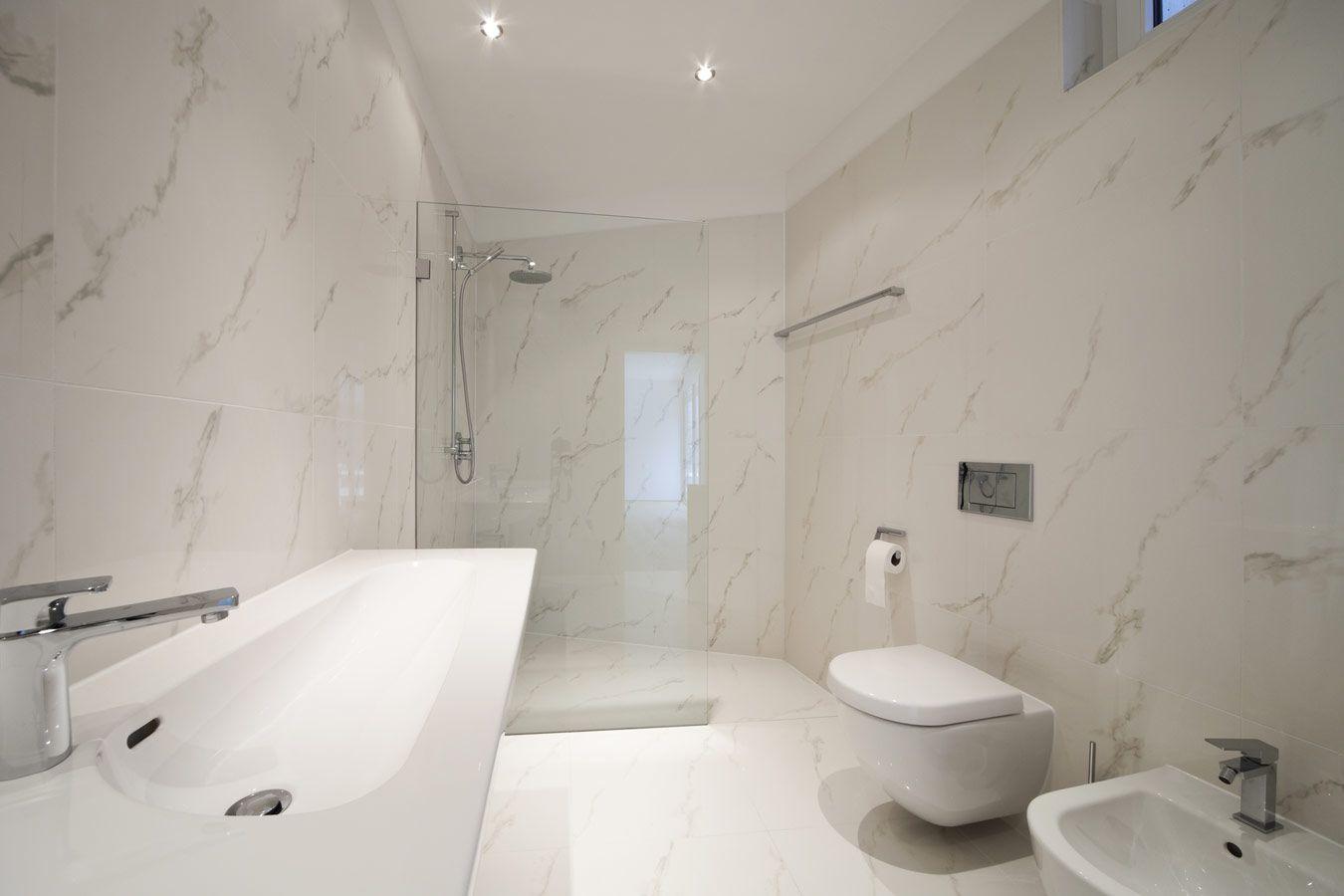Marmer in de moderne badkamer met inloopdouche penthouse
