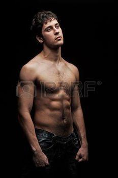 Hommes Noirs Sexy homme noir sexy: bel homme torse nu, avec le fond noir | photo n&b