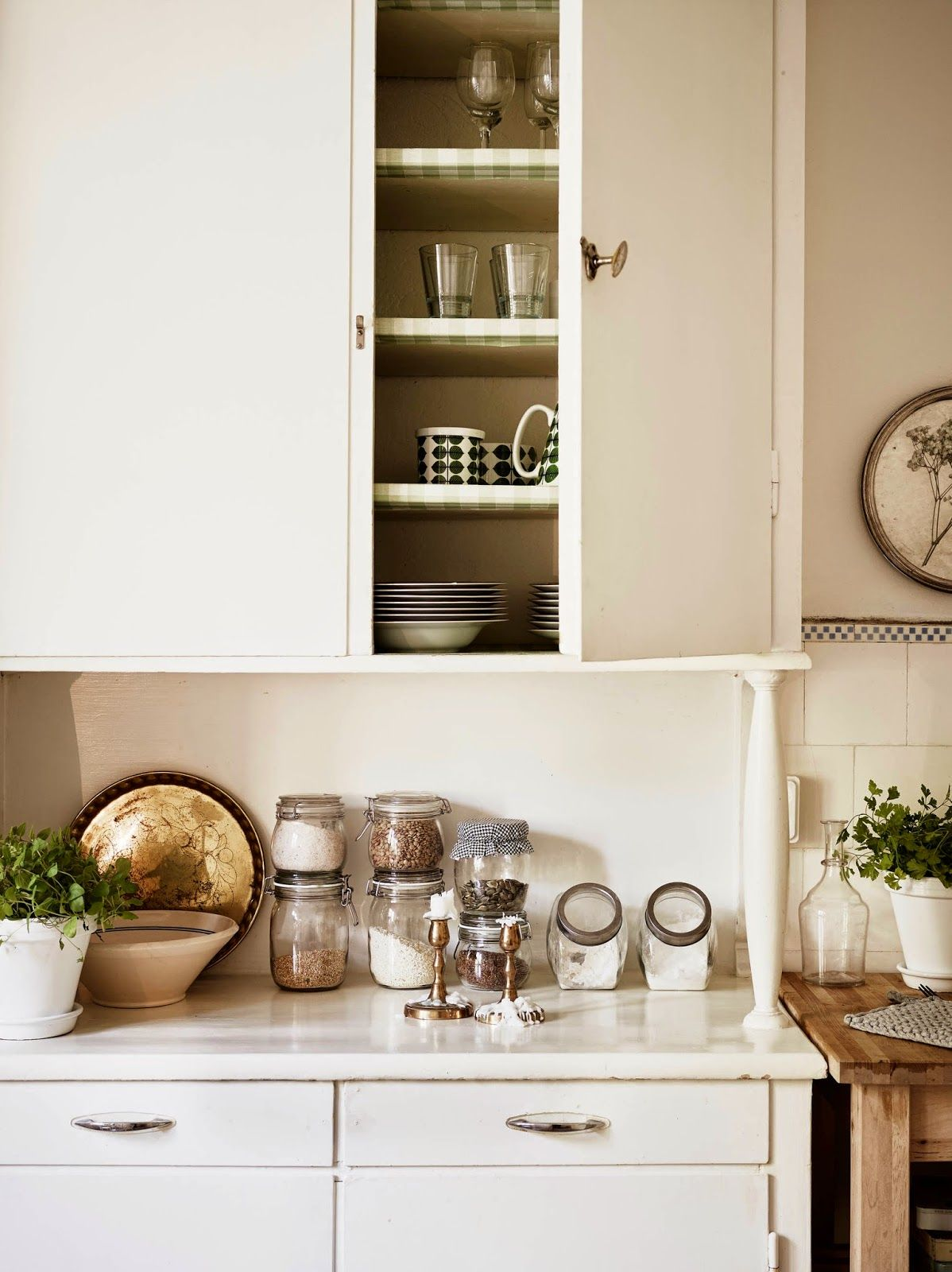 A Swedish apartment in notes of white, cream and beige   Kitchen ...