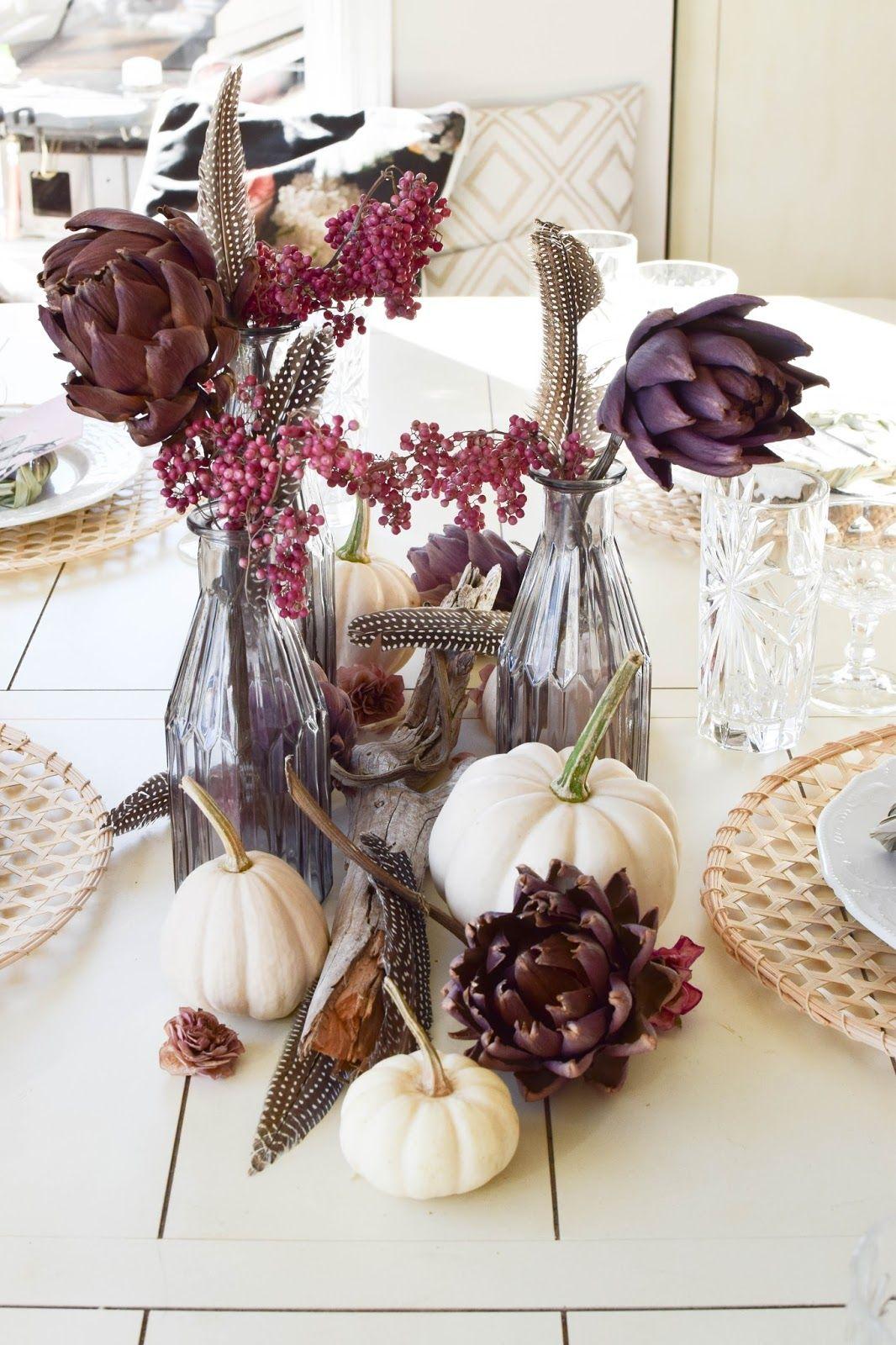 Tischdeko für den Herbst mit Kürbis, Artischocken und Pfefferbeeren. Kreativ, frisch und schön! Kürbisdeko Herbstliche Deko, Herbstdeko Esszimmer Tisch Dekoration #tischdekoherbstesstisch