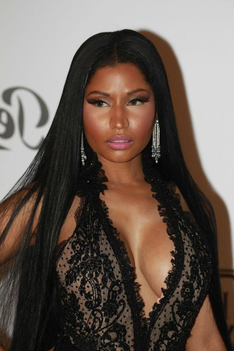 Taglio capelli lunghi e lisci di colore nero della cantante Nicky Minaj con  riga centrale 785d13f512b1