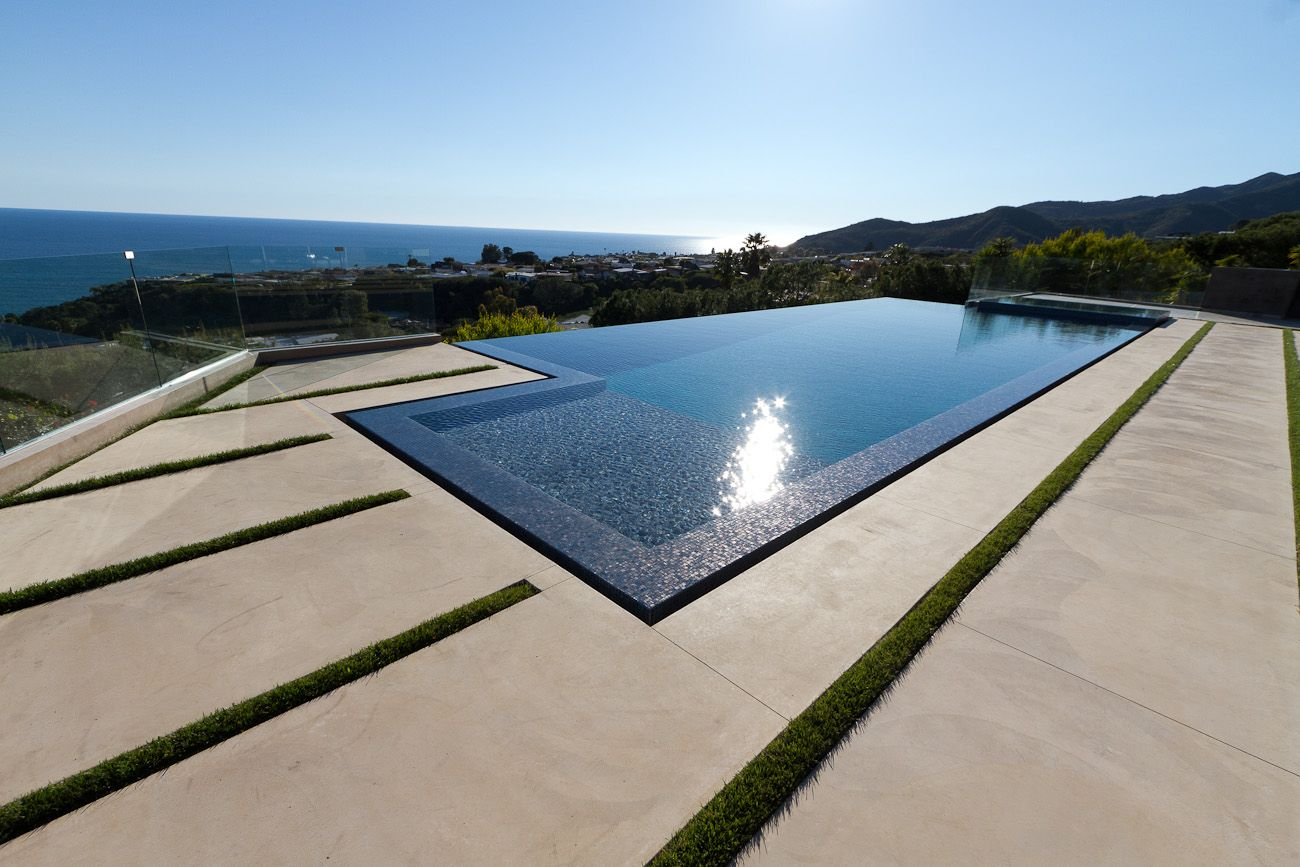Zero edge pool new infinity pool completed in malibu ca for Pool negative edge design