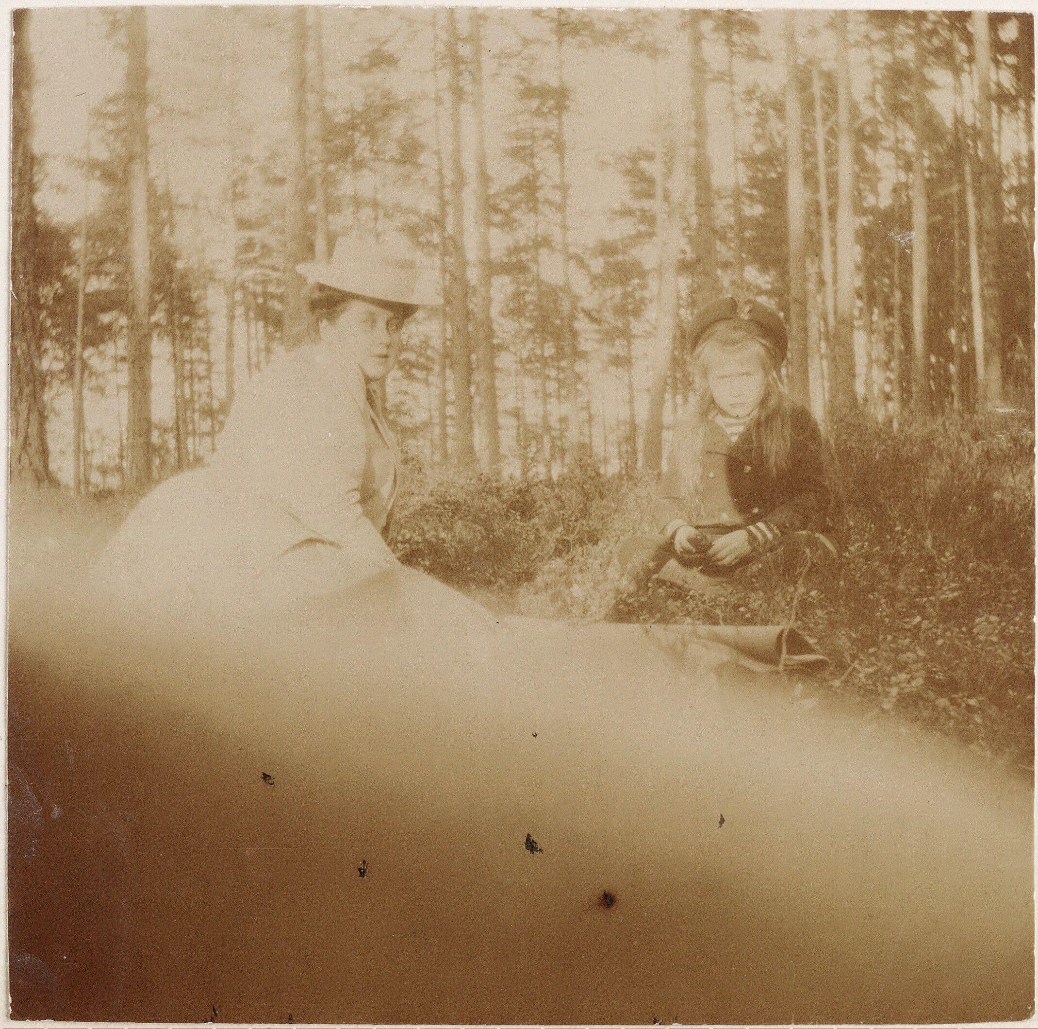 Grã-duquesa Anastasia Nikolaevna e Anna Vyrubova, em 1908. A pequena encarou a câmera tão bonitinho!! :P :P  Grand Duchess Anastasia Nikolaevna and Anna Vyrubova in 1908. The little stared at camera so cute !! : P: P