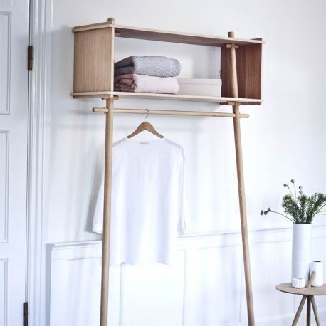 Originale, la penderie Töjbox ! Un rangement utile & élégant bien dans l'esprit du design scandinave : bois massif, aspect pratique & ligne sobre indémodable...