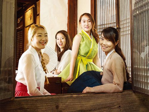 Young Women Drag Hanbok into the Present - The Chosun Ilbo (English Edition): Daily News from Korea