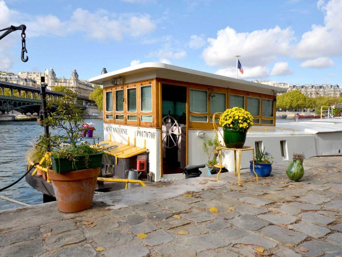 Airbnb Peniche Paris 15 Amazing Airbnb Rentals In Paris Travel Paris Houseboat