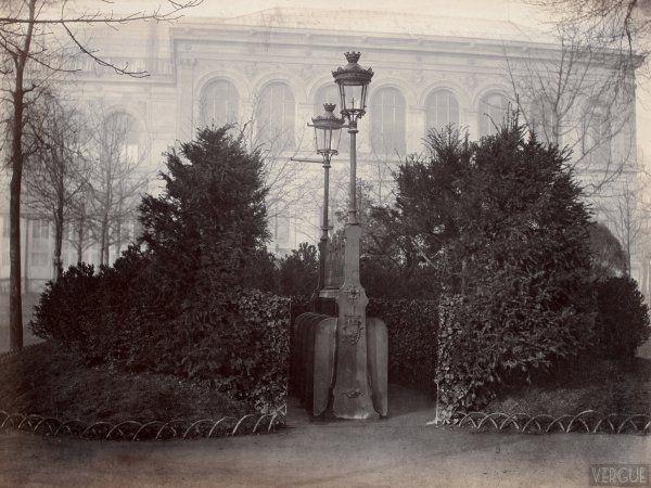 Charles marville: Urinoir à 8 stalles avec écran d'arbustes, Champs-Elysées, Paris VIIIe. Circa 1875.