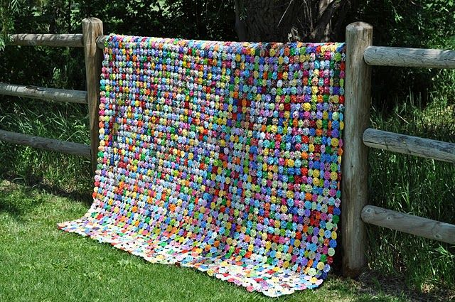 This quilt is made up of yo yos!  Its gorgeous!