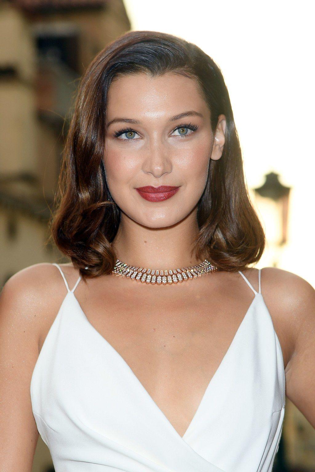 Les 30 Plus Belles Coiffures De Bella Hadid Le Wavy Glamour Pour Une Soiree Belle Coiffure Les Plus Belles Coiffures Coupe Cheveux Visage Ovale