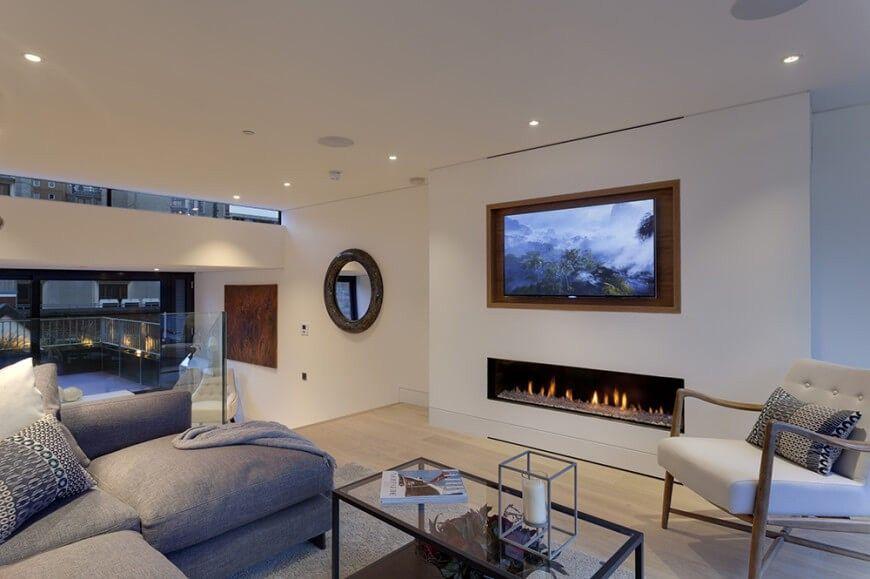 Bewegt sich ein Boden, sehen wir den deutlich geschichteten Bau des Hauses weitläufigen linear zwischen den engen Wänden. In diesem Bereich Wohnzimmer erfüllt zeitgenössischer Möbel hellen Parkettboden und freie Platzierung von Kunstobjekten.