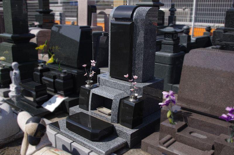 洋型の石塔Cセット。洋型の石塔、花立、香炉、拝石のセット。黒と灰色の石を使った個性的な洋型のお墓。