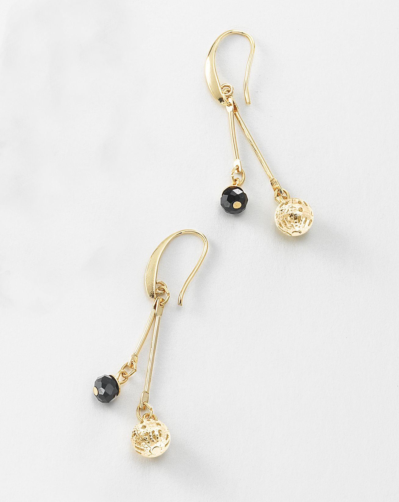 c4d8103de8f3 Aretes largos elaborados en 4 baños de oro de 18 Kl con piedras de cristal.