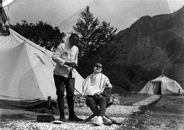 un momento di vita quotidiana presso l'ospedale militare della Val Sabbia, nelle retrovie del fronte dell'Adamello