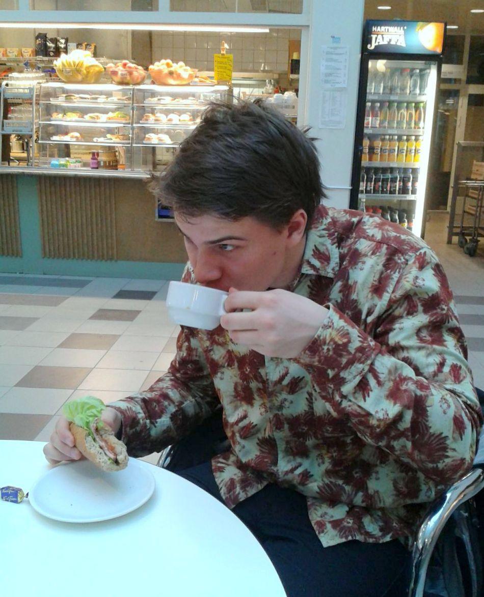 Kahvihetki siinä kuuluisassa Yleisradion kuppilassa. Kanavakonsultti Eljas Pajamies konsulttipäivän lomassa.