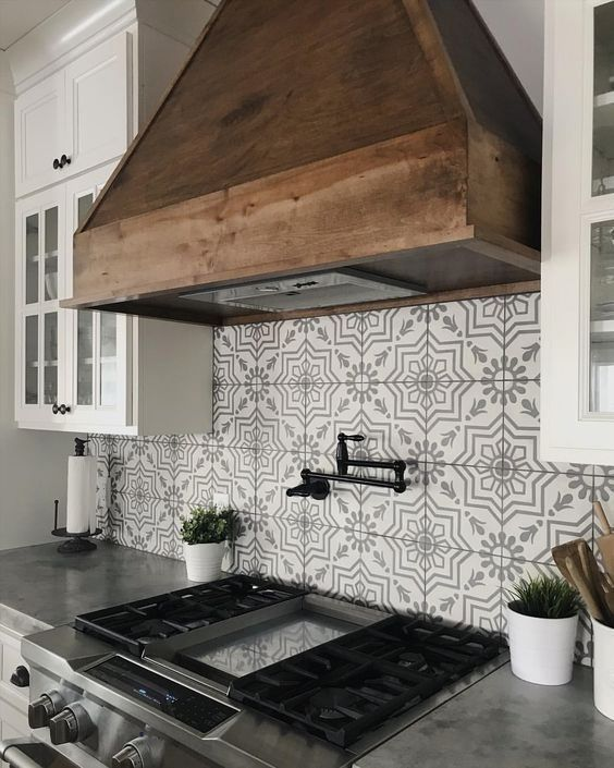 Patterned Tile Backsplash With Rustic Wood Range Hood Rustichomedecoronabudget Farmhouse Kitchen Backsplash Kitchen Remodel Modern Farmhouse Kitchens