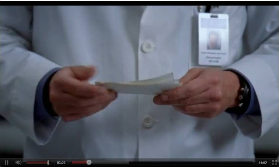 Derek Shepherd (Patrick Dempsey) leyendo sus notas, durante el ...