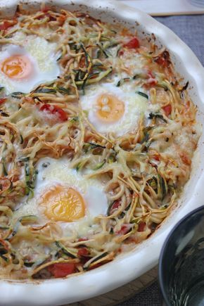 Photo of Low carb recipe: zucchini zoodles in tomato sauce and fried egg