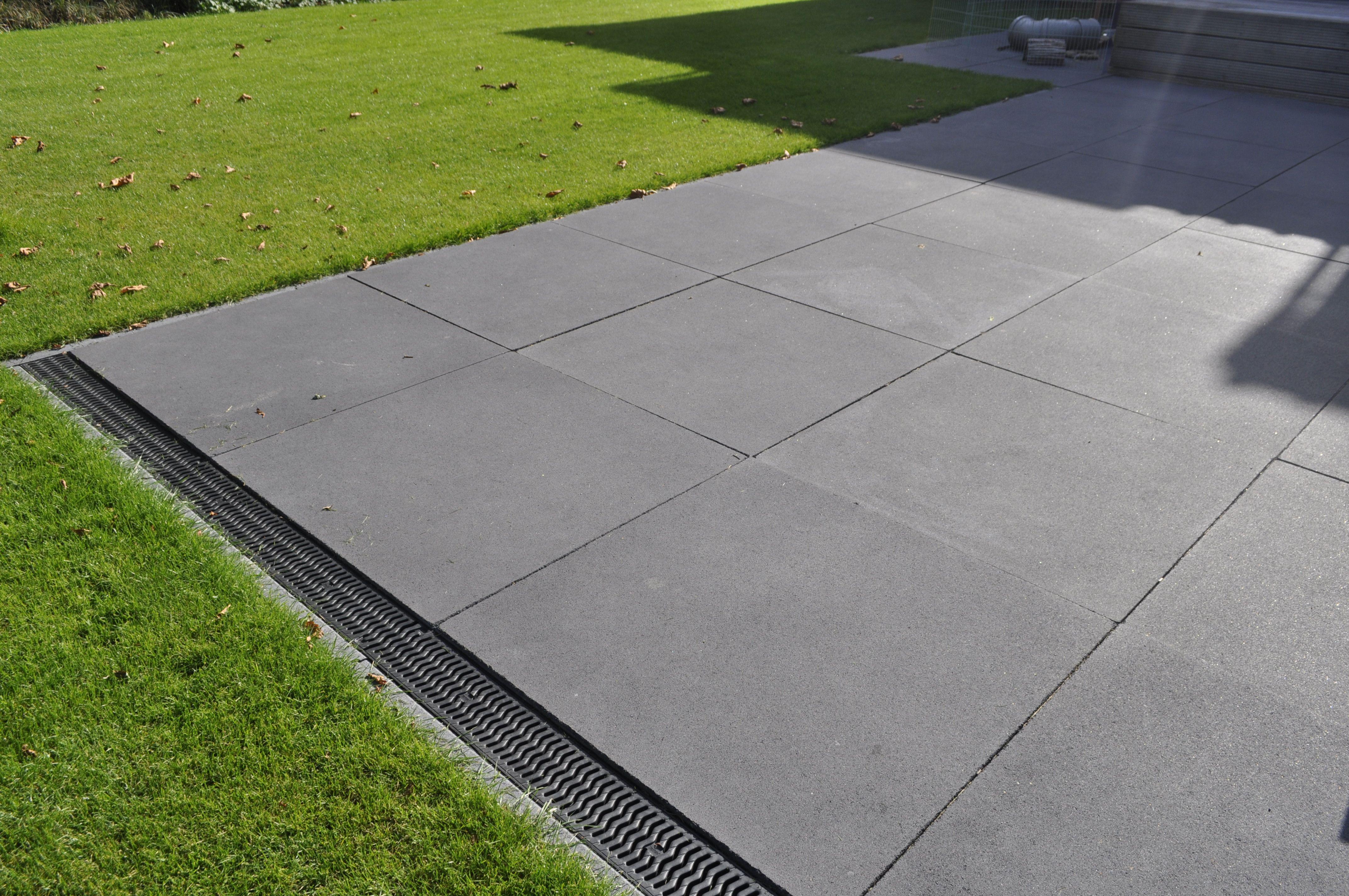 Meter x meter tegels, met sierrooster voor ideale waterafvoer ...