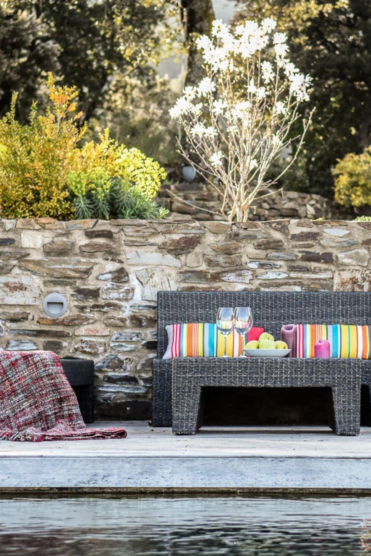 Ein Weitlaufiger Garten Und Schone Terrassen Am Infinity Pool Laden In Der Ferienvilla An Der Costa Brava Zum En Schone Terrasse Ferienhaus Costa Brava Spanien