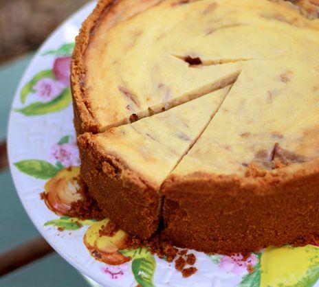 Leilas goda rabarbercheesecake is part of Dessert cupcakes - Leilas rabarbercheesecake, en underbar cheesecake fylld med vit choklad och sötsyrlig rabarberkompott