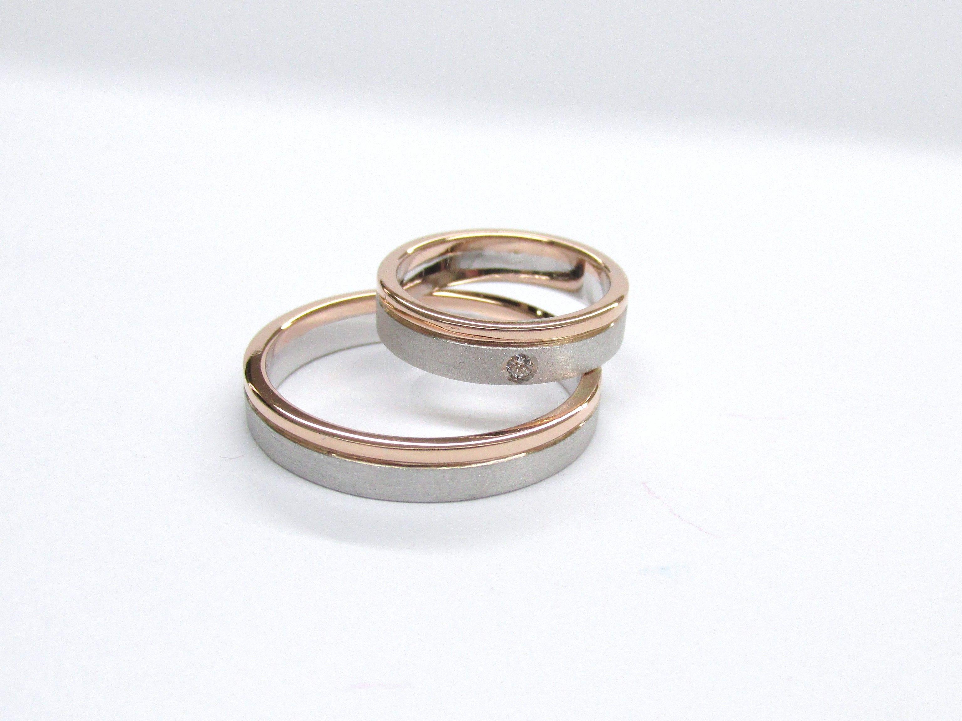 408e96f1ffb7 Sencillas y elegantes argollas para matrimonio en oro blanco y rojo con un  delicado diamante en