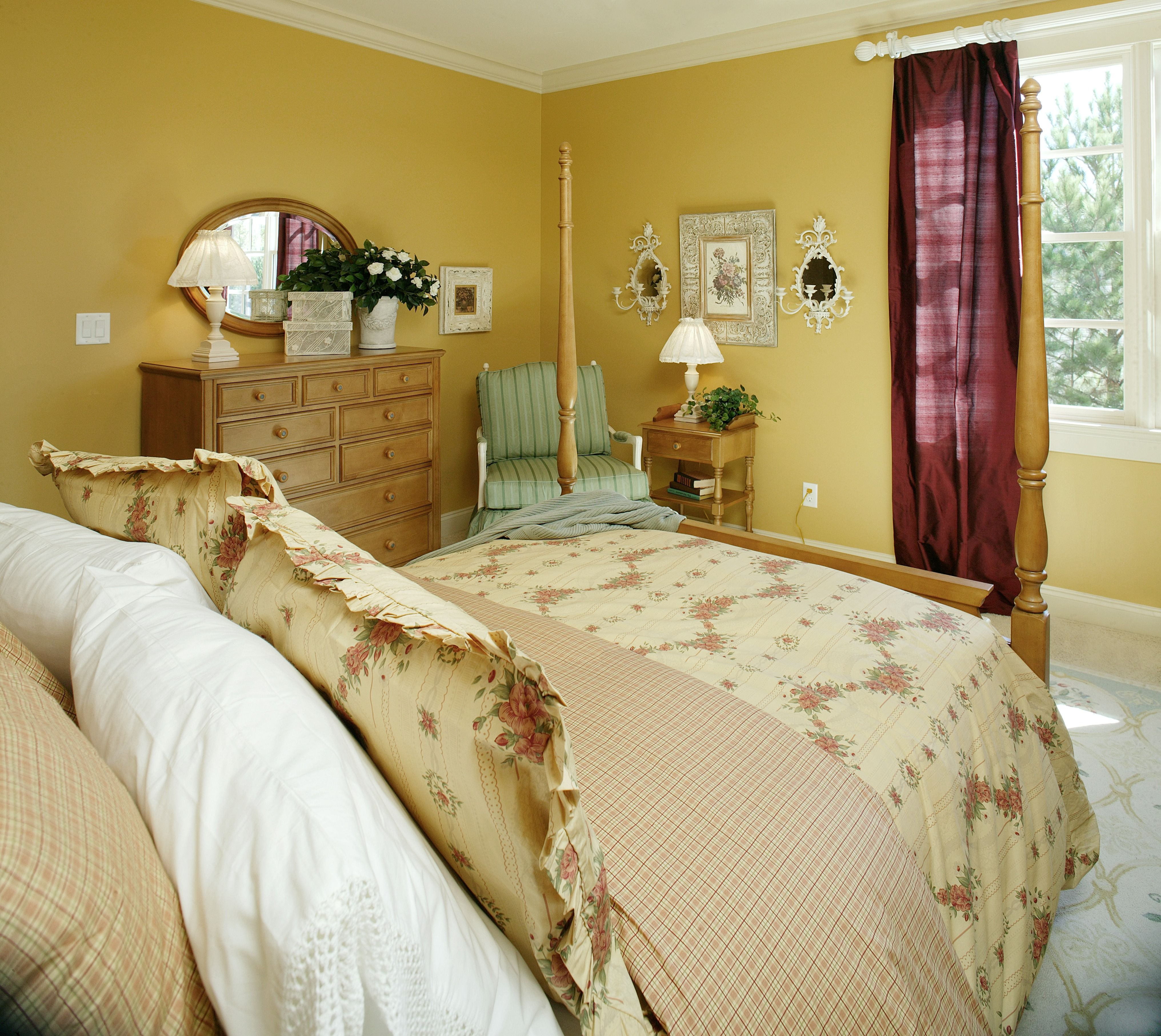 Wow, This Bedroom Is Awfully Bright Due To The Bold Yellow Paint! Itu0027s Cozy