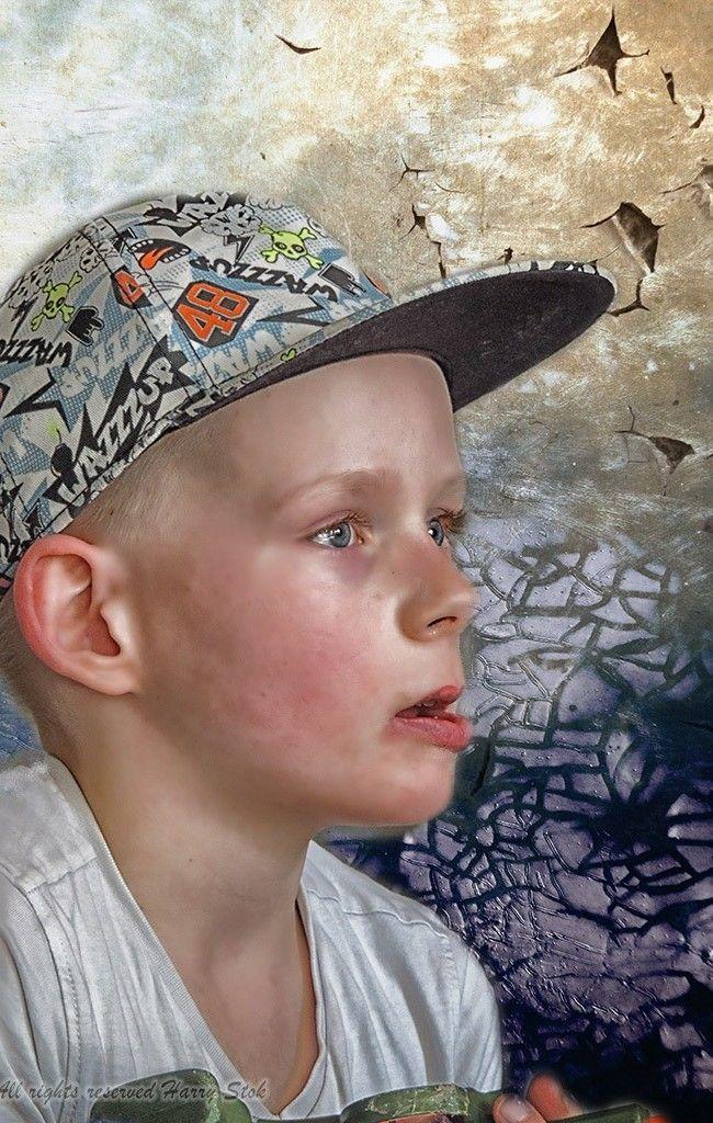 In gedachten..... Photoshop bewerking met maskering en textures. Specifiek voor deze achtergrond gekozen om de boy zelf.