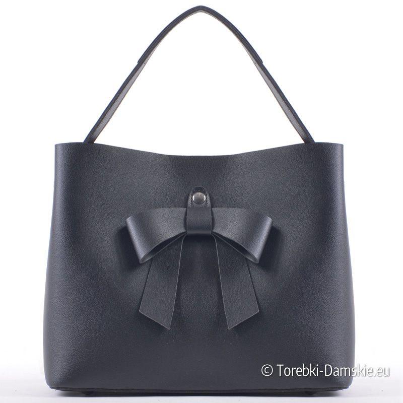 65754dbc89756 Czarna efektowna i modna torebka damska z ozdobną kokardą. Model do  noszenia jako kuferek lub listonoszka (długi pasek dopinany w komplecie).  Nowość 2018