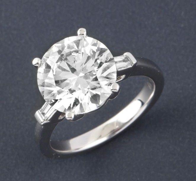 Super Bague solitaire en or gris ornée d'un diamant taillé en brillant  YS44