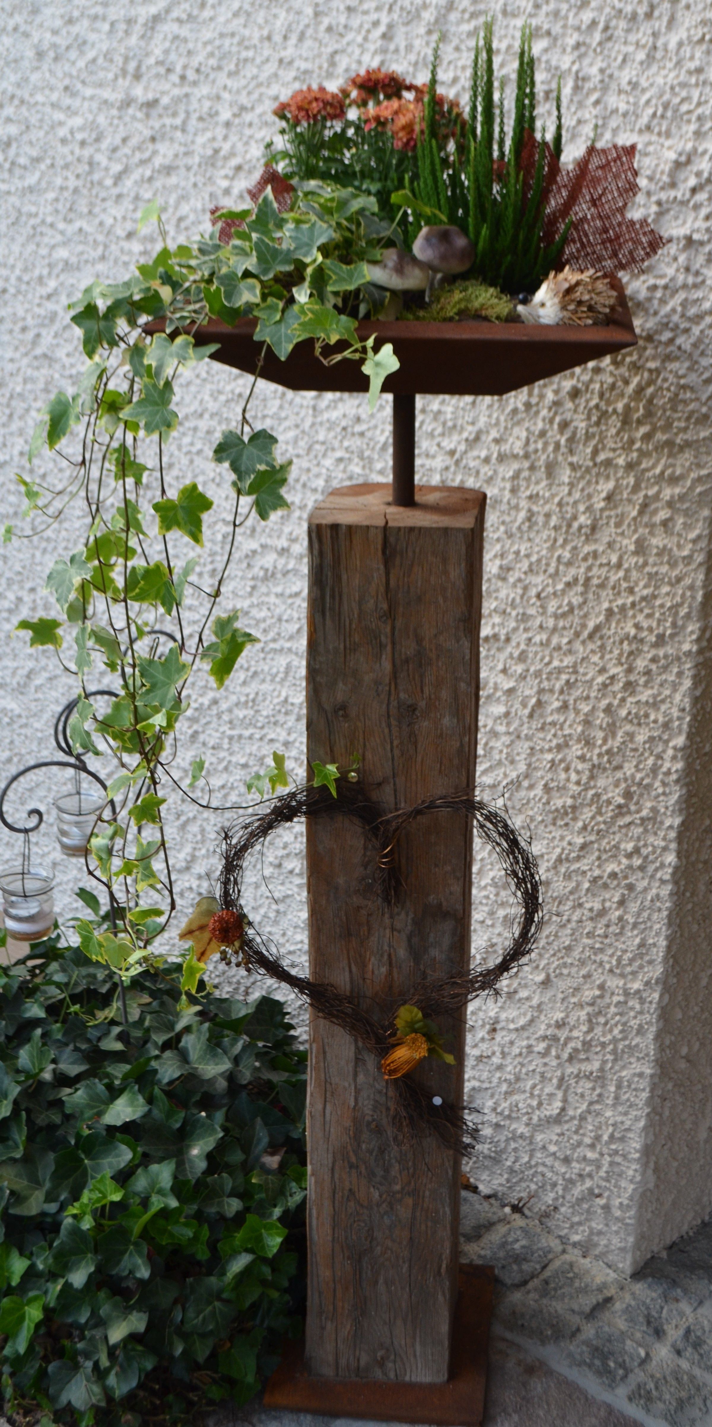 Altholzbalken mit Edelrost Schale, herbstlich dekoriert