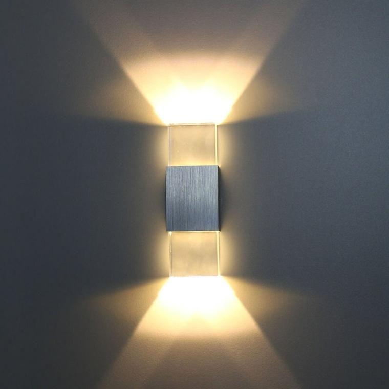 Wände mit Stein und indirekter Beleuchtung dekoriert Haus and