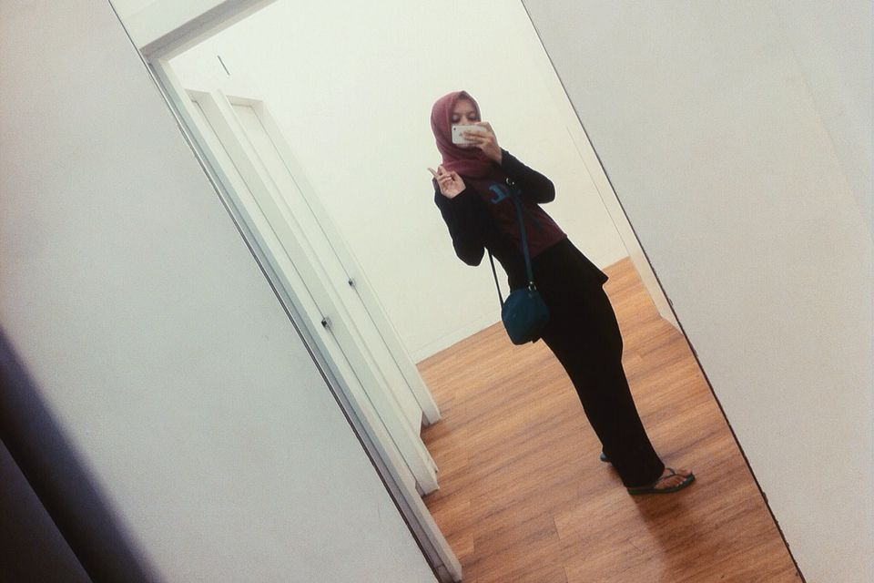Say hi for maroon black!  #black #blackoutfit #hijabstyle #blackmaroon #maroon #maroonoutfit #longchamp #tiyafitriastyle #hijaboutfit #mirrorselfie #maxiskirt #blackmaxiskirt #pullandbear