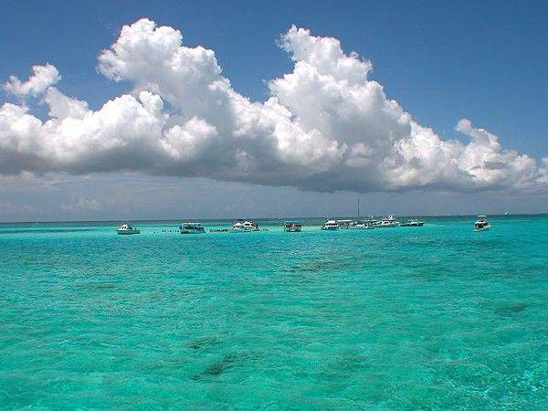 20 Amazing Photos of Cayman Islands 20 fotos asombrosas de las Islas Caimán. Islas Caimán se encuentran en el Mar Caribe occidental y son los picos de una cordillera submarina masiva, conocida como el Cayman Ridge. Las islas se encuentran en el noroeste del Mar Caribe, al sur de Cuba y al oeste de Jamaica. El territorio es un importante centro financiero offshore mundo.