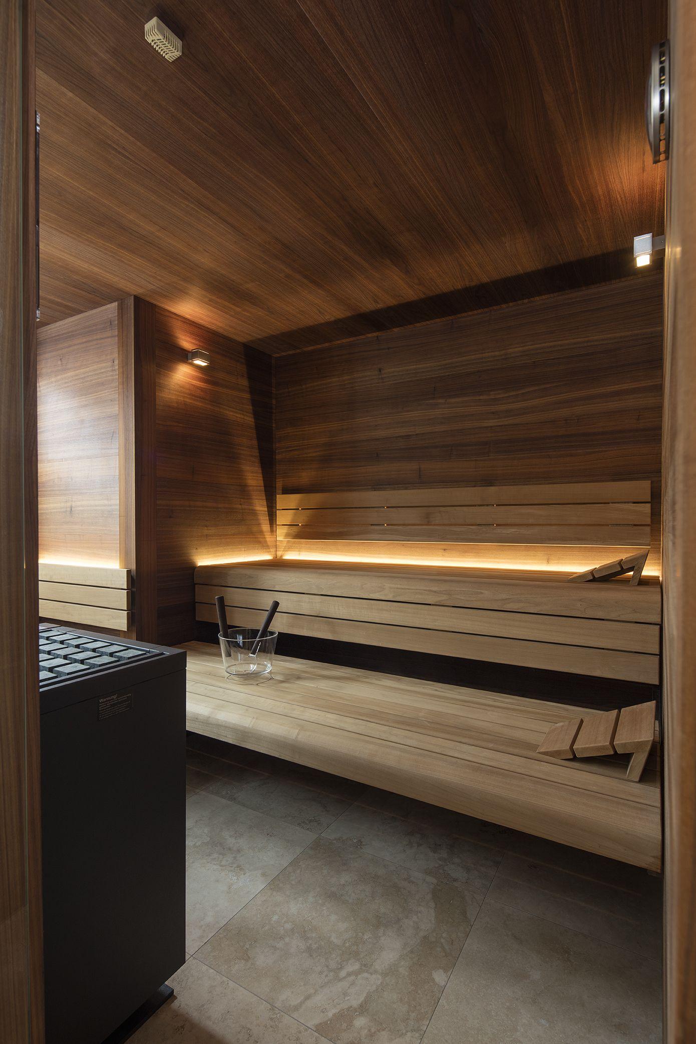 Pure Massarbeit Designsauna Die Einem Mobelstuck Gleich In Das Gesamte Bad Hinein Wirkt Hier In Nussbaum Kombiniert Mit Sauna Fur Zuhause Sauna Sauna Bilder