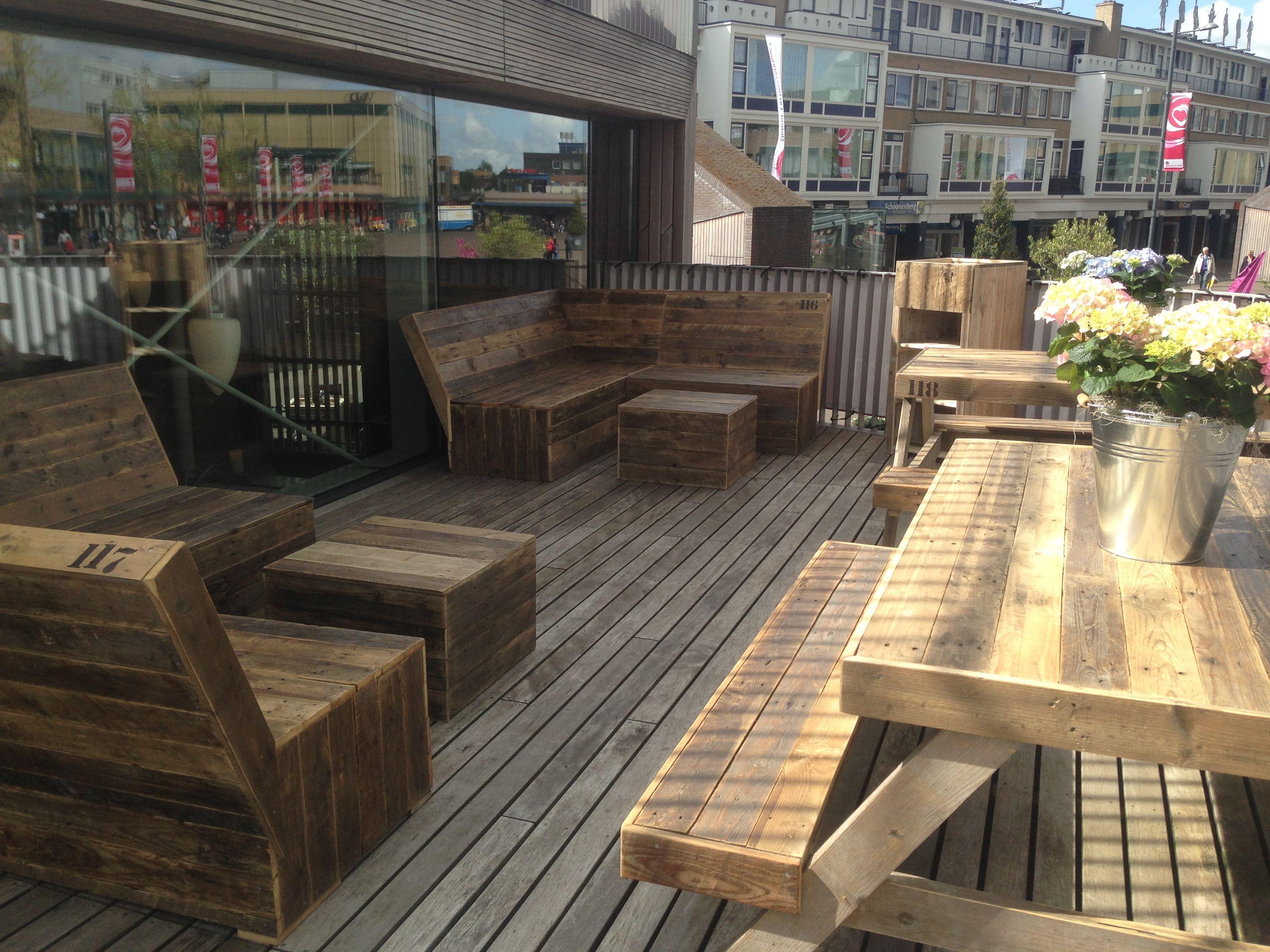 Het buiten terras is ready voor de zomer sloophout terras horeca hout lente loungeset - Bank terras hout ...