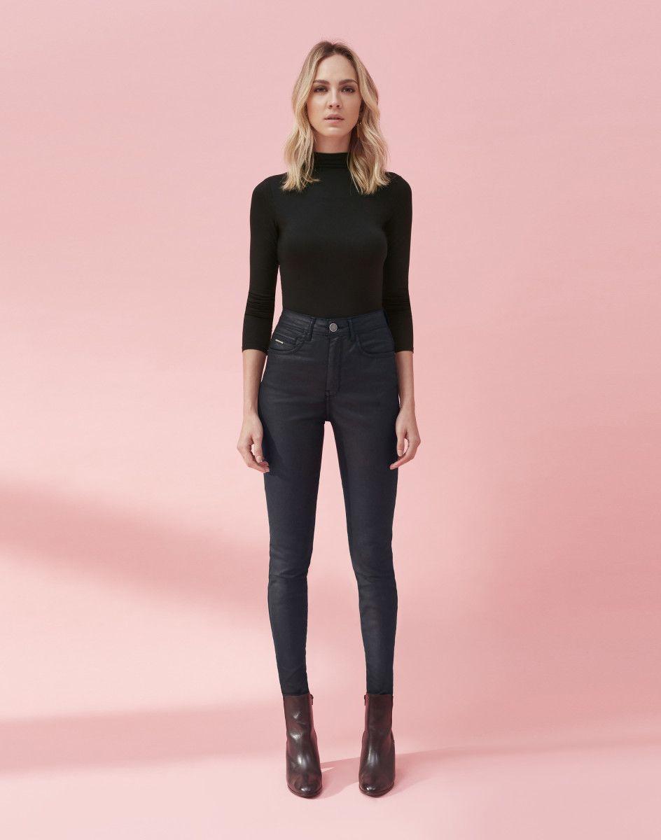 25b97030e A calça jeans resinada é ainda mais fashion com a modelagem que dá efeito  de barriga