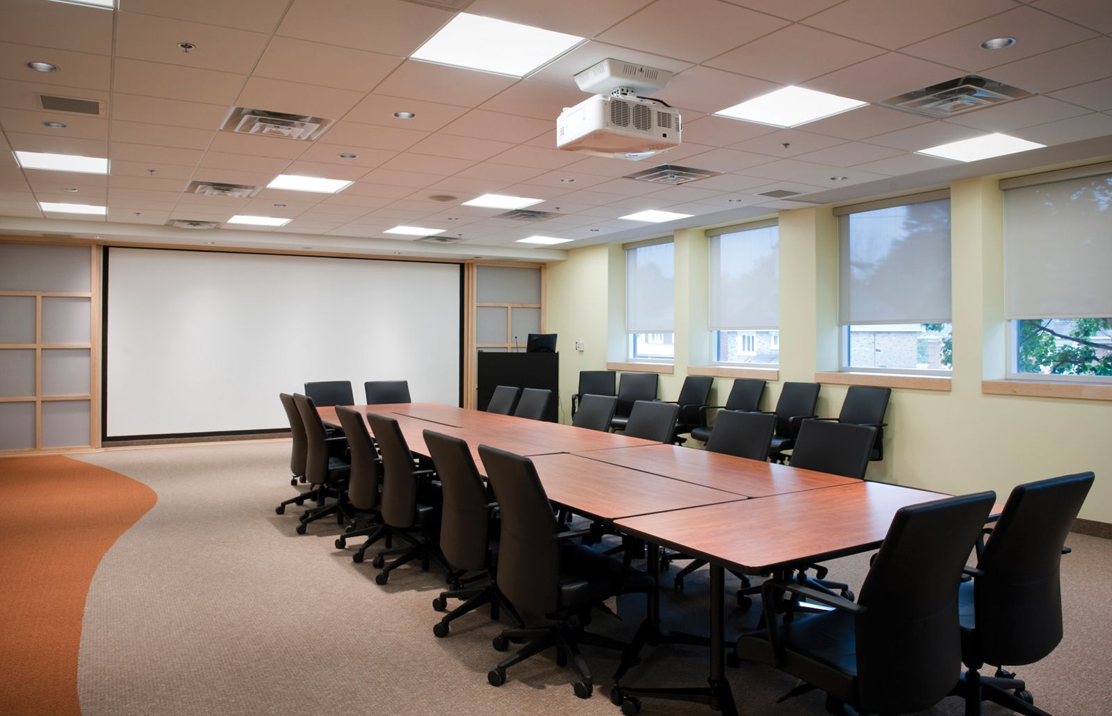 Good lighting conference rooms interior design ideas for for Meeting room interior design ideas