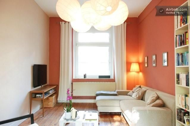 Tolle Wandfarbe Im Wohnzimmer: Apricot. Schöne Kombination Mit Hellen  Möbeln Und Holzdielen. Die Warme Farbe Sorgt Für Gemütlichkeit Pur.