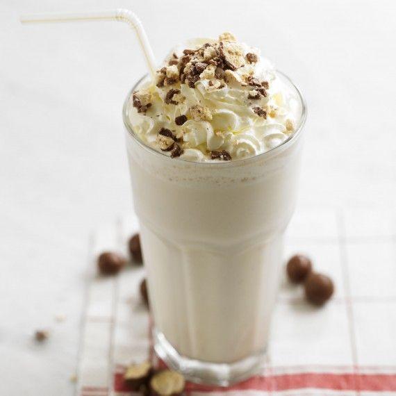 """""""easy vanilla milkshake"""" benodigheden: - 250 ml vanille ijs - 180 ml koude melk - 1/4 eetlepel vanille extract (echt niet te veel doen hiervan)  eventueel - opgeklopte slagroom en geschaafde chocolade als garnering  instructies: Doe alles in een blender en mixen maar. Schenk het in een glas doe wat slagroom en sprinkels overheen en klaar ben jij! Veel plezier en succes!!"""
