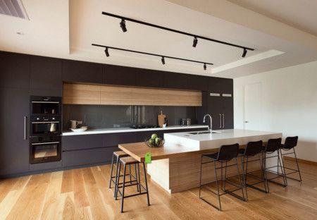 Cocina tipo isla en color negro, con detalles en madera y bancada en ...
