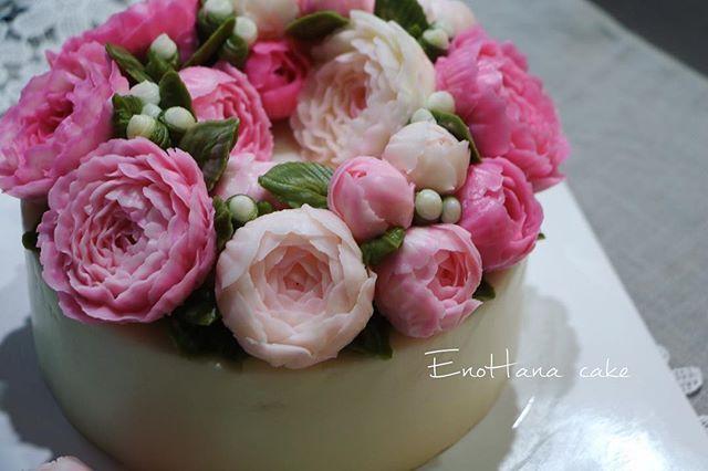 화려한 걸 좋아하신다는 할머니를 위한 생신케이쿠~~ 최대한 화려하고 풍성하게 만들어 달라는 요청이 있으셨어요..😁 Done by EnoHana for order  enohanacake.com Kakaotalk ID:touko76 Line:enohanaflowercake  Enohana flower cake & baking class studio  #peony#플라워케이크 #버터크림플라워케이크#플라워케이크클래스 #birthdaycake #주문케이크#수제케이크#생일케이크#웨딩케이크#buttercreamcake #butter#buttercreamflowercake #flowercake #에노하나케이크  #weddingcake #フラワーケーキ教室#dessertstagram #flowercakeclass #花束 #연남동#bakingstagram #cakedecorating#koreanflowercake#バータークリーム#specialcake #フラワーケーキ #cakedecoration