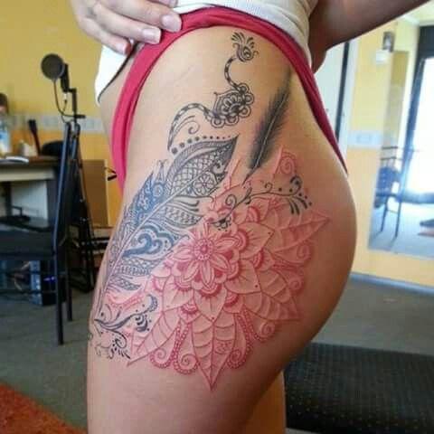 Tatuaje Mujer Pierna Gluteo Costado Pluma Flor Tatuajes