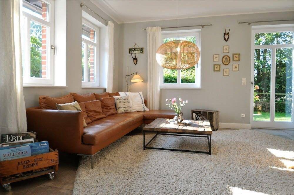 Wohnzimmer Couch Tisch Teppich Vase Blumen Leuchte Lampe