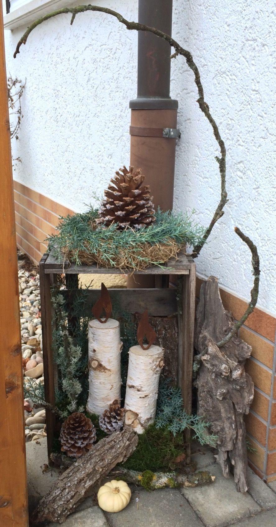 Weihnachtliche Deko am Hauseingang mit Naturmaterialien #herbstdekoeingangsbereichdraussen Weihnachtliche Deko am Hauseingang mit Naturmaterialien #deconoelmaisonexterieur