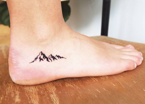 25 breathtaking mountain tattoos that flat out rock tattoos pinterest berg tattoo. Black Bedroom Furniture Sets. Home Design Ideas